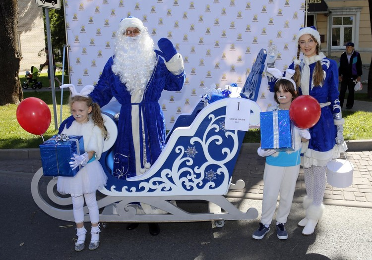Дед Мороз, Снегурочка, паровоз и другие на Параде семей в Резекне