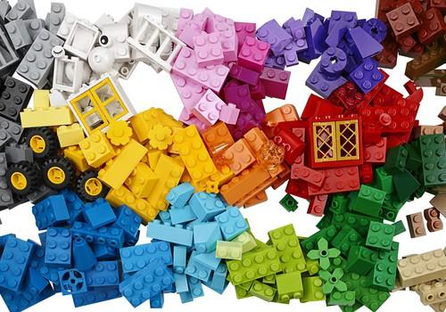 LEGO начинает кампанию Rebuild The World, в рамках которой призывает детей перестраивать мир!