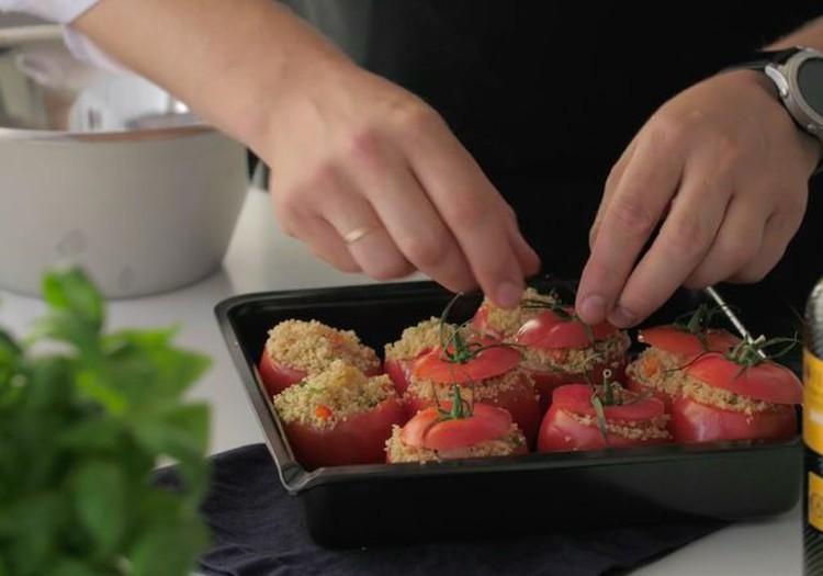 ВИДЕОРЕЦЕПТ: фаршированные помидоры с кус-кусом и салат из креветок