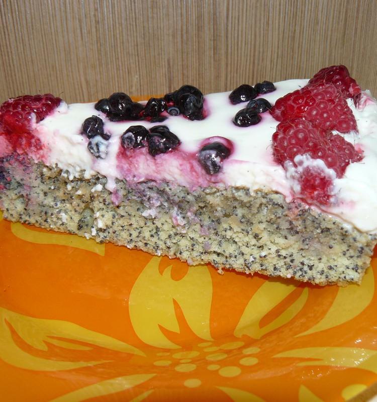 Маковый пирог со сметанным кремом и ягодами