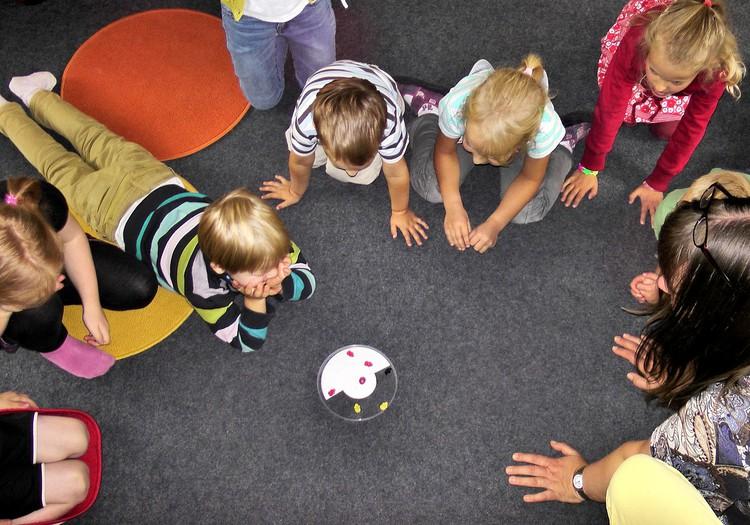Журналист устроился в рижский детский сад и 4 месяца вёл скрытую съёмку. Родители призывают не пускать это в телеэфир