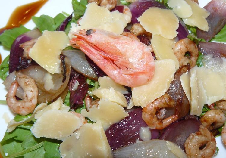 Теплый салат с креветками и сыром Džiugas