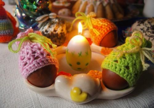 Шапочки для пасхальных яиц и вязанные курочки