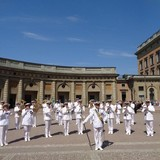 наблюдали смену караула у Королевского дворца