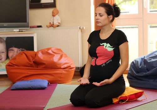 ФОТО: Как проходят занятия йоги для беременных в Мамином Клубе