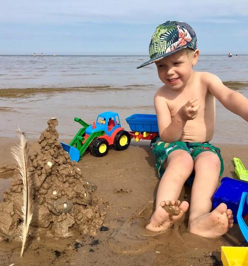Итан и Алан купаются: СОБИРАЕМ СУМКУ НА ПЛЯЖ