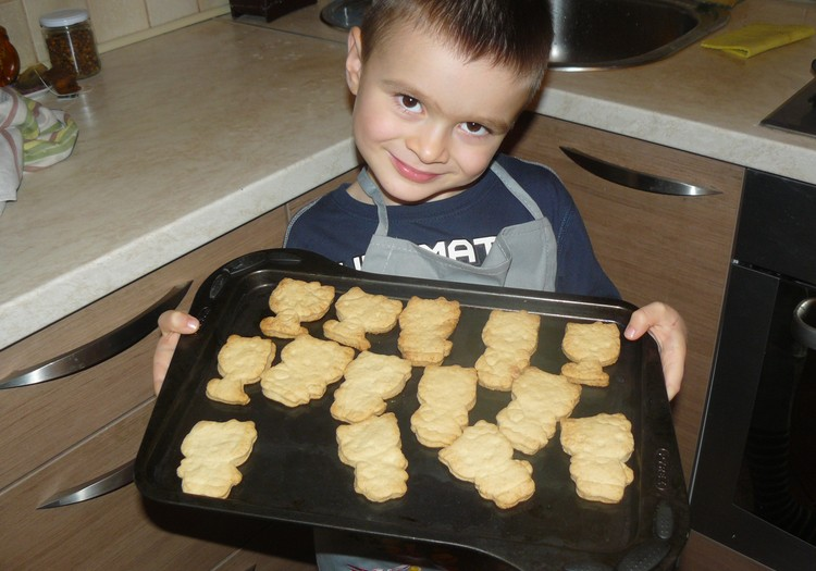 Никита печет печеньки Hello Kitty для сестрички