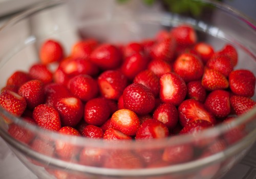 Как правильно предлагать малышу ягоды и ягодные соки