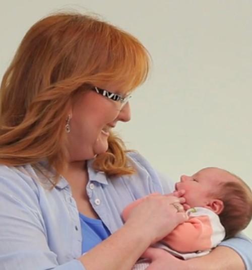 """Видеосериал Māmiņu klubs """"Малыш в Твоих руках"""": и узнай, как правильно держать малыша на руках!"""