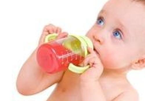 Как научить пить из бутылочки?
