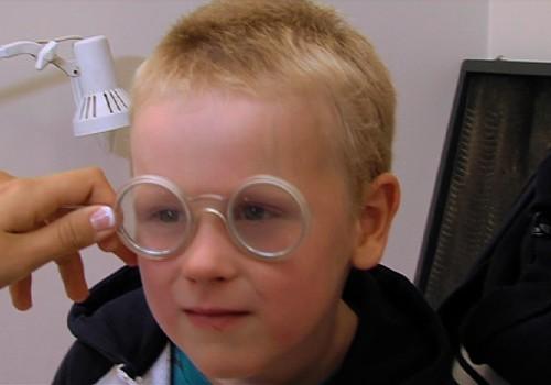 Ведём ребёнка к глазному врачу