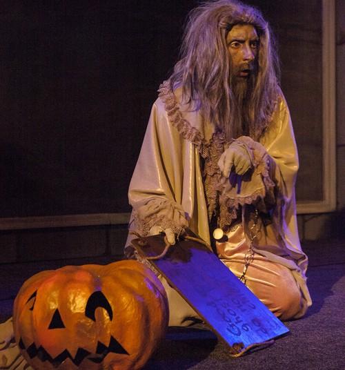"""В эти выходные сделайте селфи на фоне плаката """"Кентервильское привидение"""" в кассе Кукольного театра и выиграйте!"""