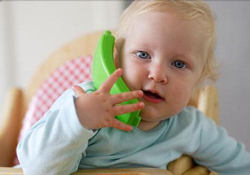 Ребёнок повторяет звуки, которые издаёт окружающий мир