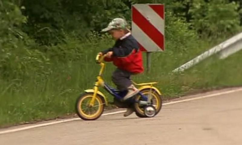 Катаясь на трёхколёсном велосипеде, нужно знать правила!