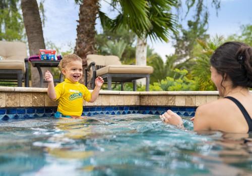 Малыша записали в бассейн: как выбрать подгузник?