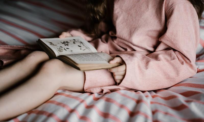 Знаменитости делятся любимыми книгами детства. А какой была ваша?
