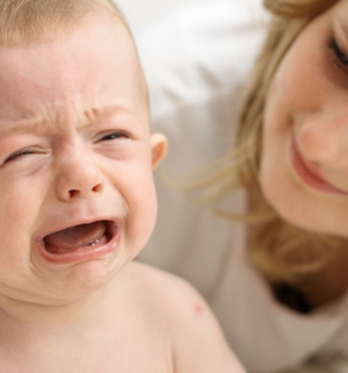 Как ребёнок в разном возрасте показывает, что ему больно