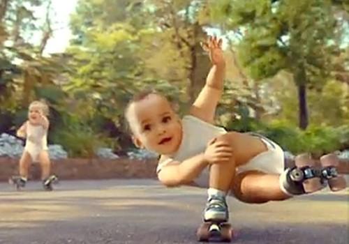 Младенцы на роликах (видео)