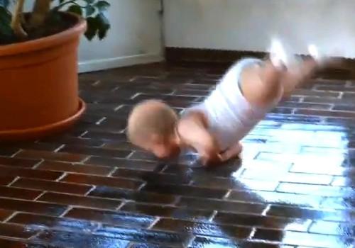 Ребенок танцует брейк-данс (видео)