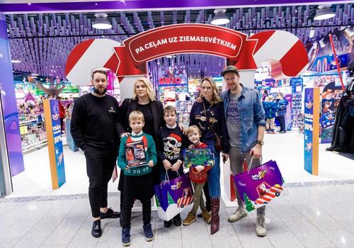 Дети латвийских знаменитостей выбирают игрушки для рождественских подарков