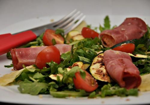 Теплый салат с хамоном и чипсами из сыра