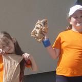 А июль, для двоих моих средних дочерей, начался с творческого лагеря в Икшкиле. Каждый день у них было что-то интересное: то они пекли булочки в кондитерской, то букеты из конфет и даже духи. А ещё рисовали в разных техниках, принимали сказочных гостей из Рижского кукольного театра, прыгали на батутах, играли и ели мороженое. Я радовалась за них и вместе с ними. В последний день лагеря пригласили на праздник и родителей. Было очень душевно, весело и вкусно!