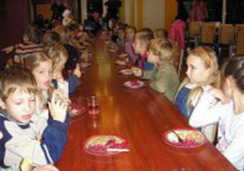 В садиках детей больше не будут кормить сосисками и паштетом