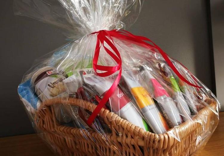Поздравляем победительницу конкурса рецептов и вручаем корзину продуктов Alojas...