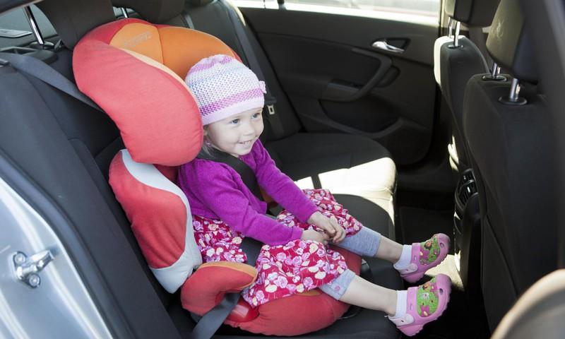 Почему не следует ребенку позволять играть в машине с деревянными игрушками?