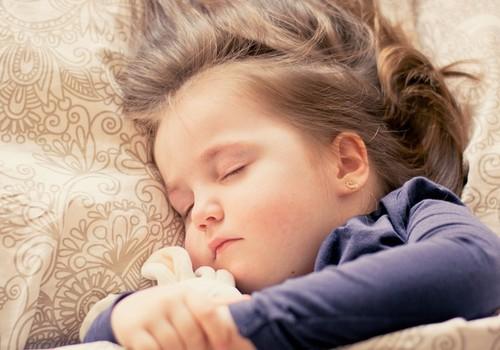 Ребёнок просыпается в мокрой постели. Узнай, как можно ему с этим помочь!