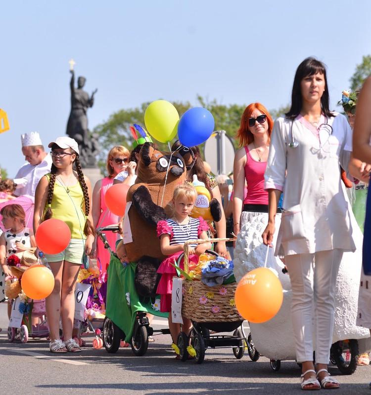 ВИДЕО: В Резекне состоялся юбилейный парад детских колясок!