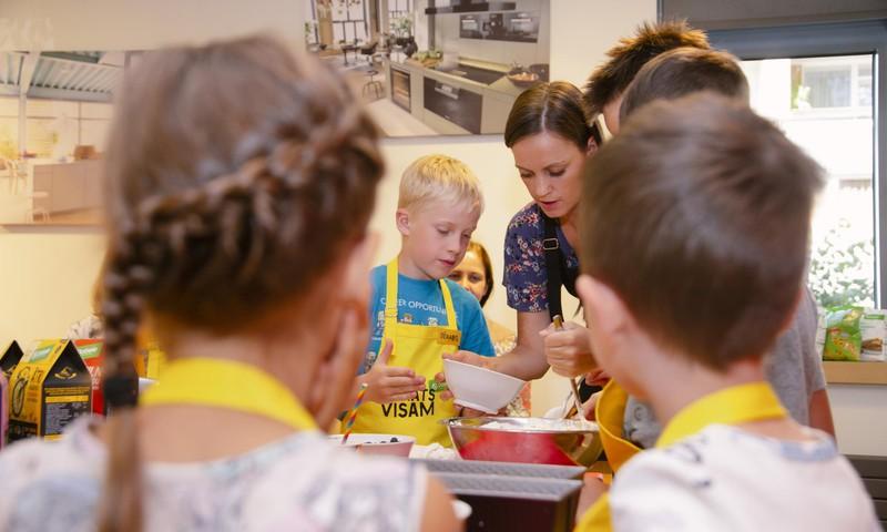 Ребенок на кухне – помощник или обуза? 6 советов о том, как привлечь детей к приготовлению еды