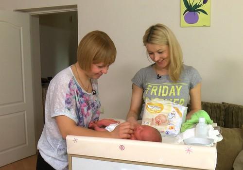ВИДЕО Māmiņu klubs: Акушерка спешит на помощь к маме и новорожденному