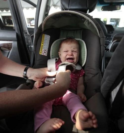 Что происходит с этим миром?! По-прежнему родители оставляют малышей в машине и идут за покупками!