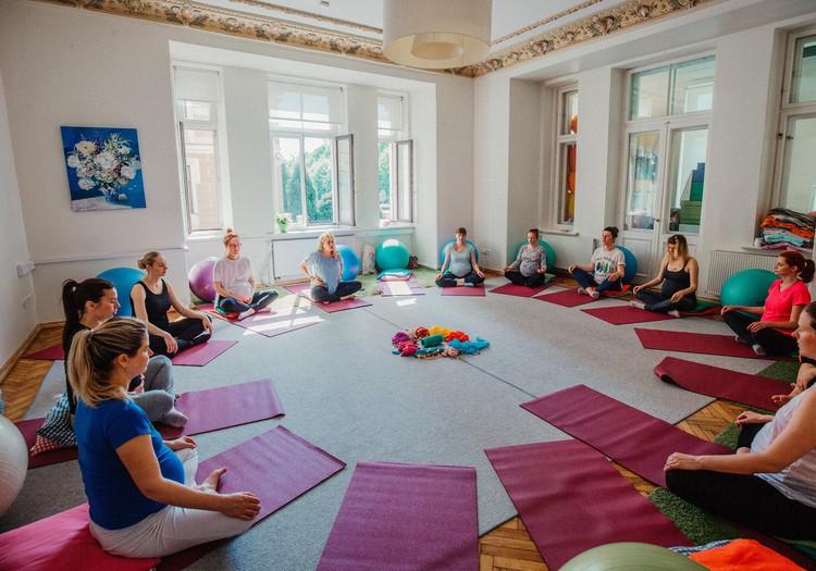 Чем отличается йога для будущих мам от обычной йоги?