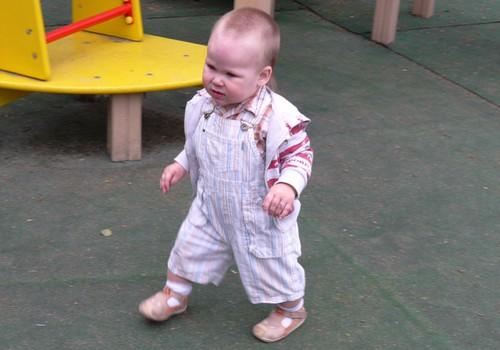 """Когда покупать первую обувь маленькому """"ходунку""""?"""