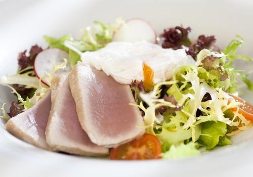 Салатный микс с обжаренным филе тунца и яйцом-пашот