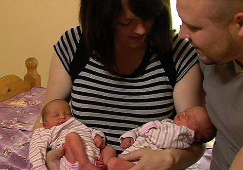 ВИДЕОсоветы: как кормить грудью двойняшек