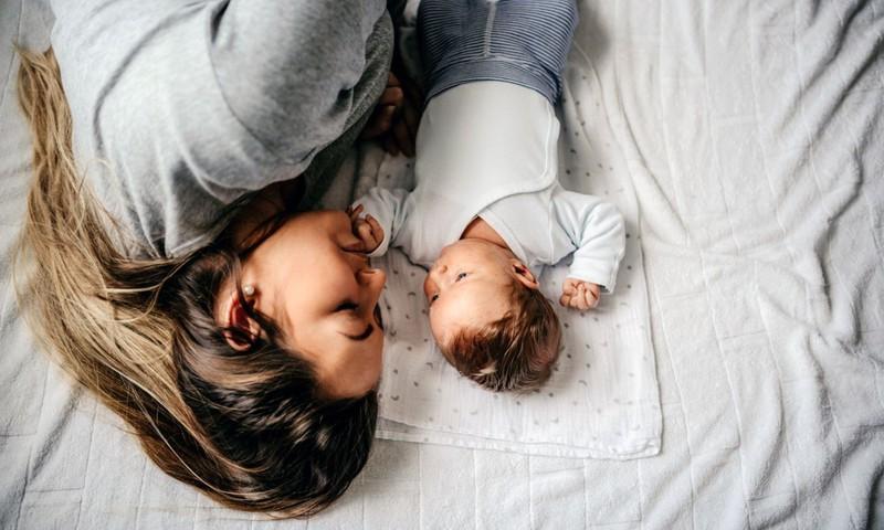 12  антисоветов молодым родителям: для чего нужно облизывать лоб своего ребёнка?
