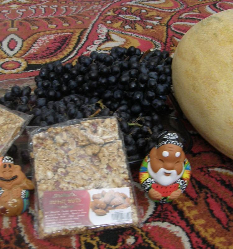 А мы перекусываем Узбекскими фруктами!