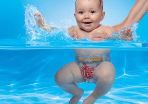 Летние водные забавы в подгузниках-плавках HUGGIES® Little Swimmers®!