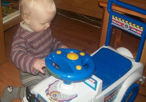 Почему детям вредно кататься на игрушечных машинках