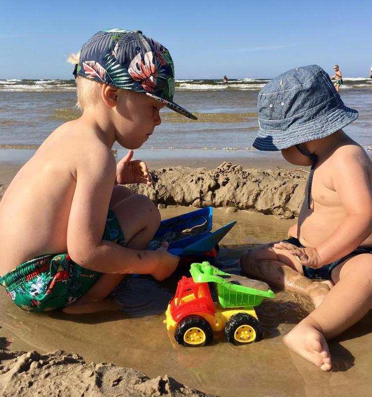 Итан и Алан купаются: ГДЕ?