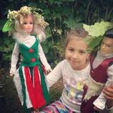 Девочкам можно шить куклам одежду, пришивать пуговицы