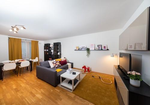 Одно помещение, много функций: как обустроить жилую комнату для большой семьи