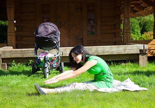 ФОТО: Упражнения, которые можно делать, гуляя с малышом