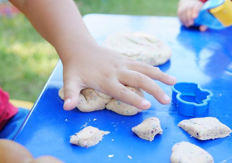 Простые игры: чем занять ребёнка летом?
